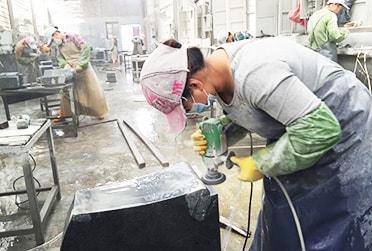 商社や問屋を通さず、直接工場での仕入れを徹底。